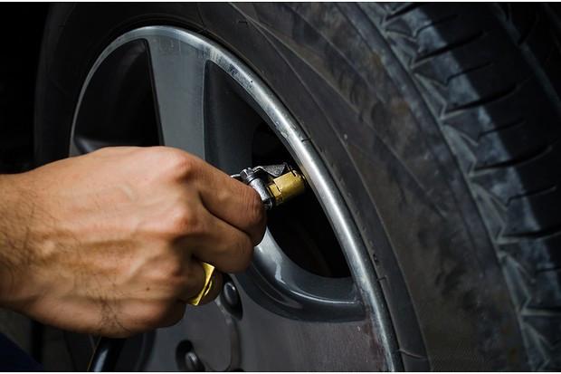 Não tenha medo de sujar a mão, pneus calibrados corretamente são garantia de economia de combustível