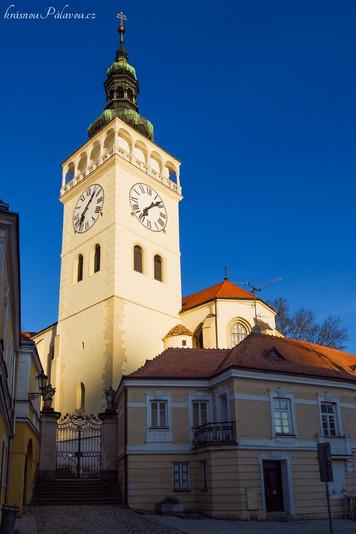 Kostelní věž po cestě z náměstí  (autor fotky - J. Miklín)