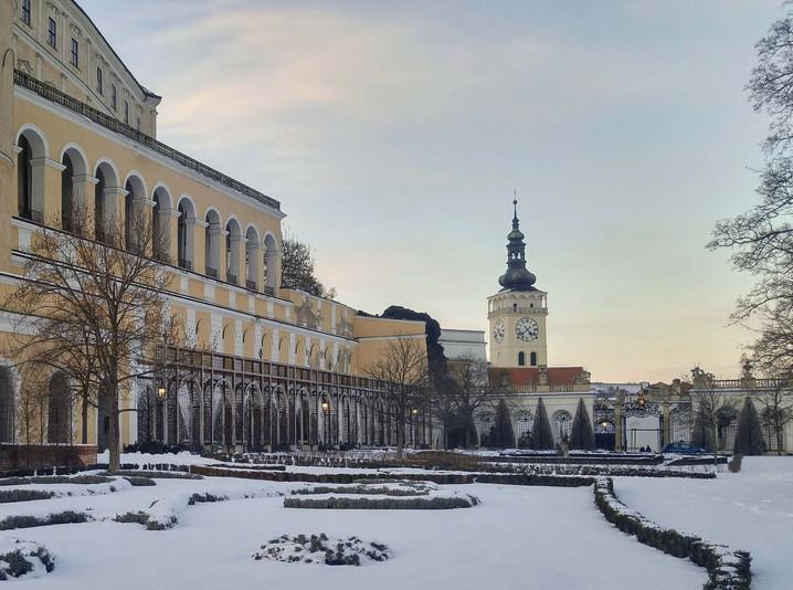 Pohled na věž v zimě ze zámecké zahrady
