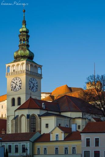 Vyčnívající věž při pohledu z ulice Pavlovská  (autor fotky J.Miklín)
