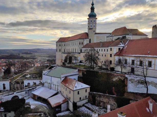 Pohled na mikulovský zámek z ochozu věže