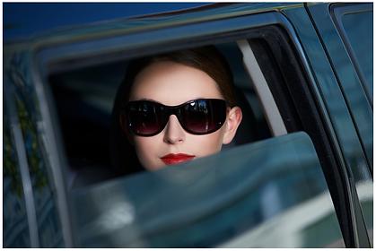 foto mulher no carro.png