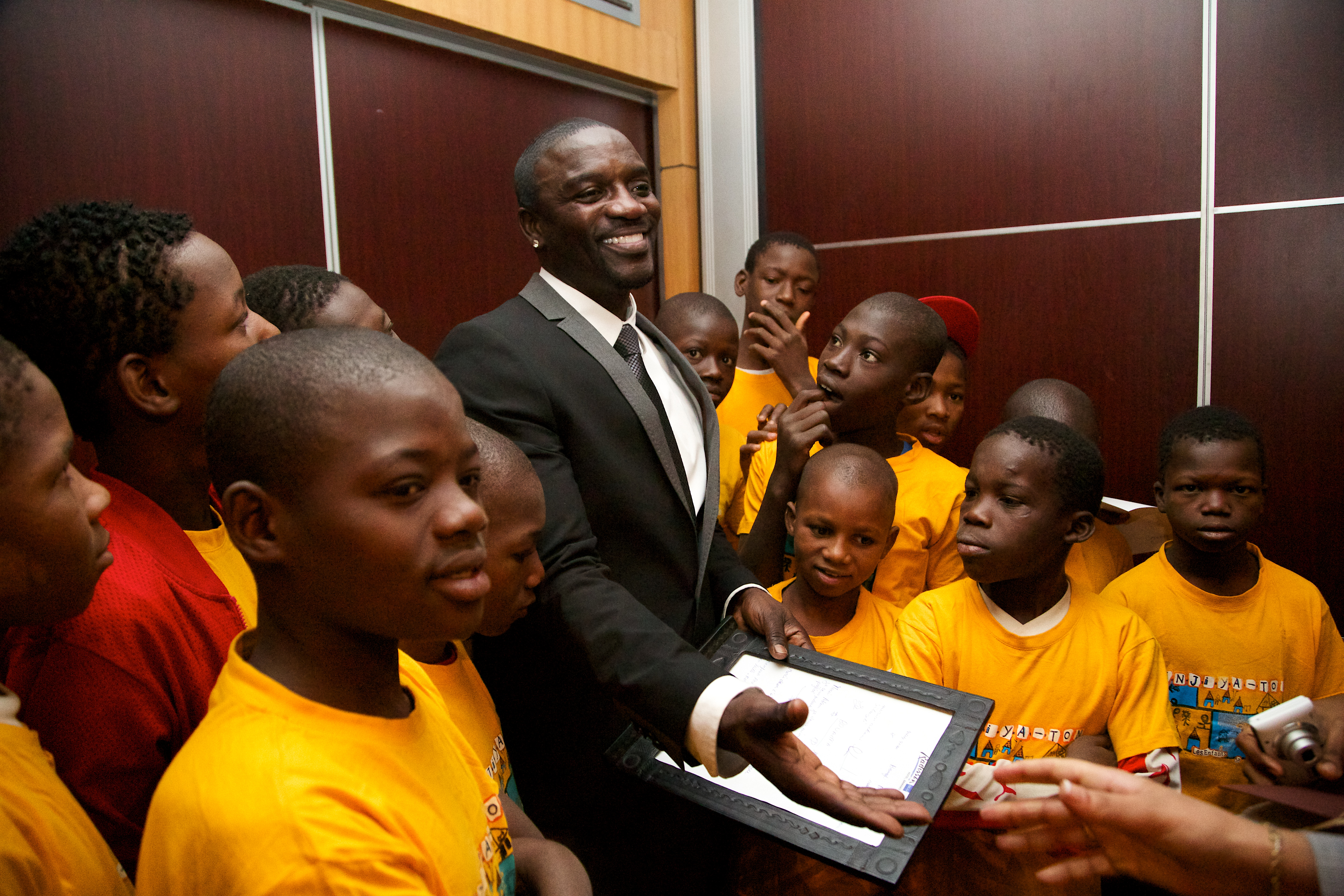 Akon meeting kids from a foster home