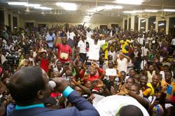 Akon singing to students
