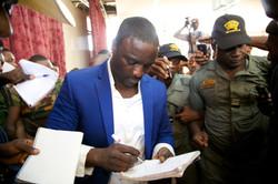 Akon signing Autographs