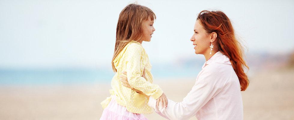 Μητέρα και πιδία χωρίς στρες στη θάλασσα