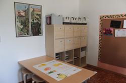 L'atelier, con gli armadi dai quali i bambini possono prendere liberamente parte del materiale, per