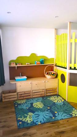 Nella sala giochi abbiamo la cucina, la lavagna e la tana