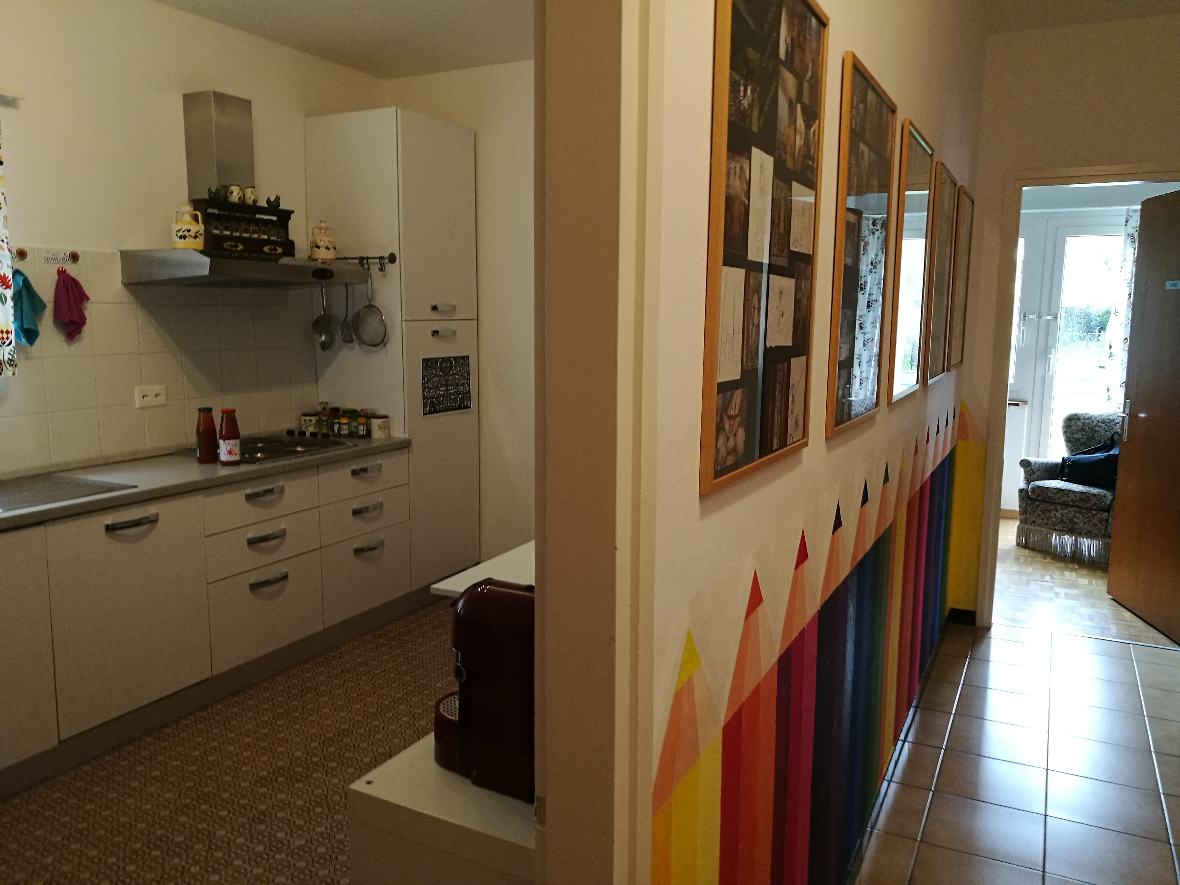 la cucina e il corridoio con le matite colorate