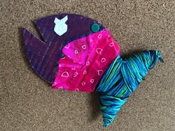 Pesce con fili e tessuti colorati