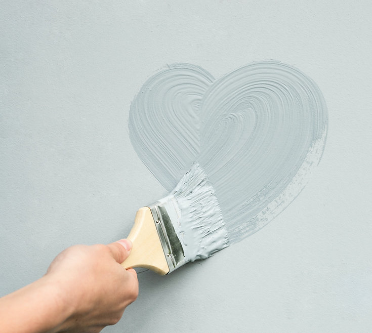 hand-master-with-brush-paints-heart-wall