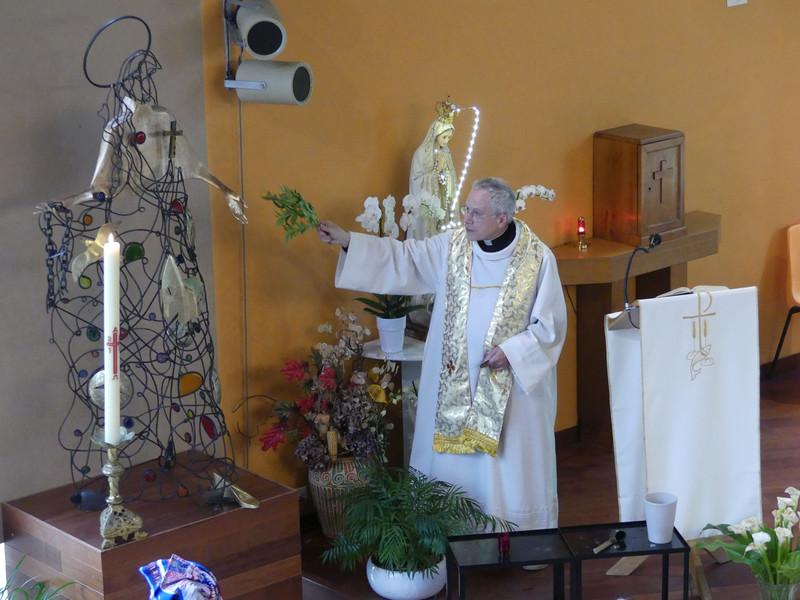 Jeudi de l'Ascension, le père de Kergolay a béni la statue de sainte Bathilde. Elle a été installée provisoirement au centre ecclésial de La Roseraie en attendant la construction de la nouvelle église de Chelles.