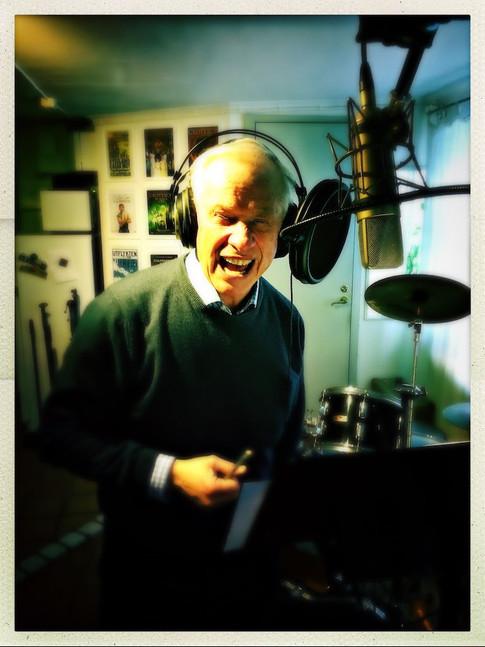 Loa Falkman swinging in the studio