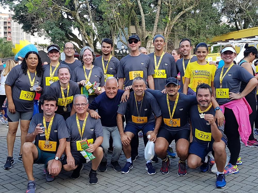 Equipe Top Imóveis junto com Tadeu Natalio Tymowicz, personal trainer da equipe e um dos organizadores da prova.