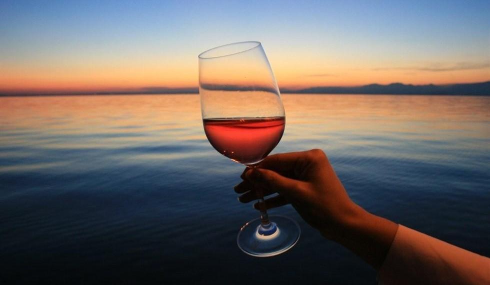 Vasta cantina di vini