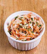Coleslaw maison à base de carottes et chou blancs rappés, mayonnaise maison