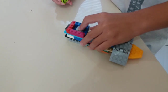 Vídeo do pequeno B., com seu navio de lego