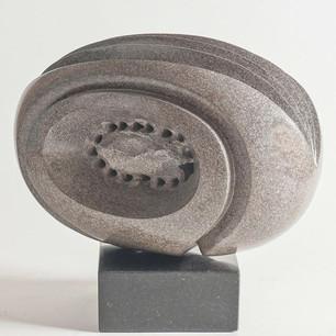 Abraço e Expansão em basalto cinza