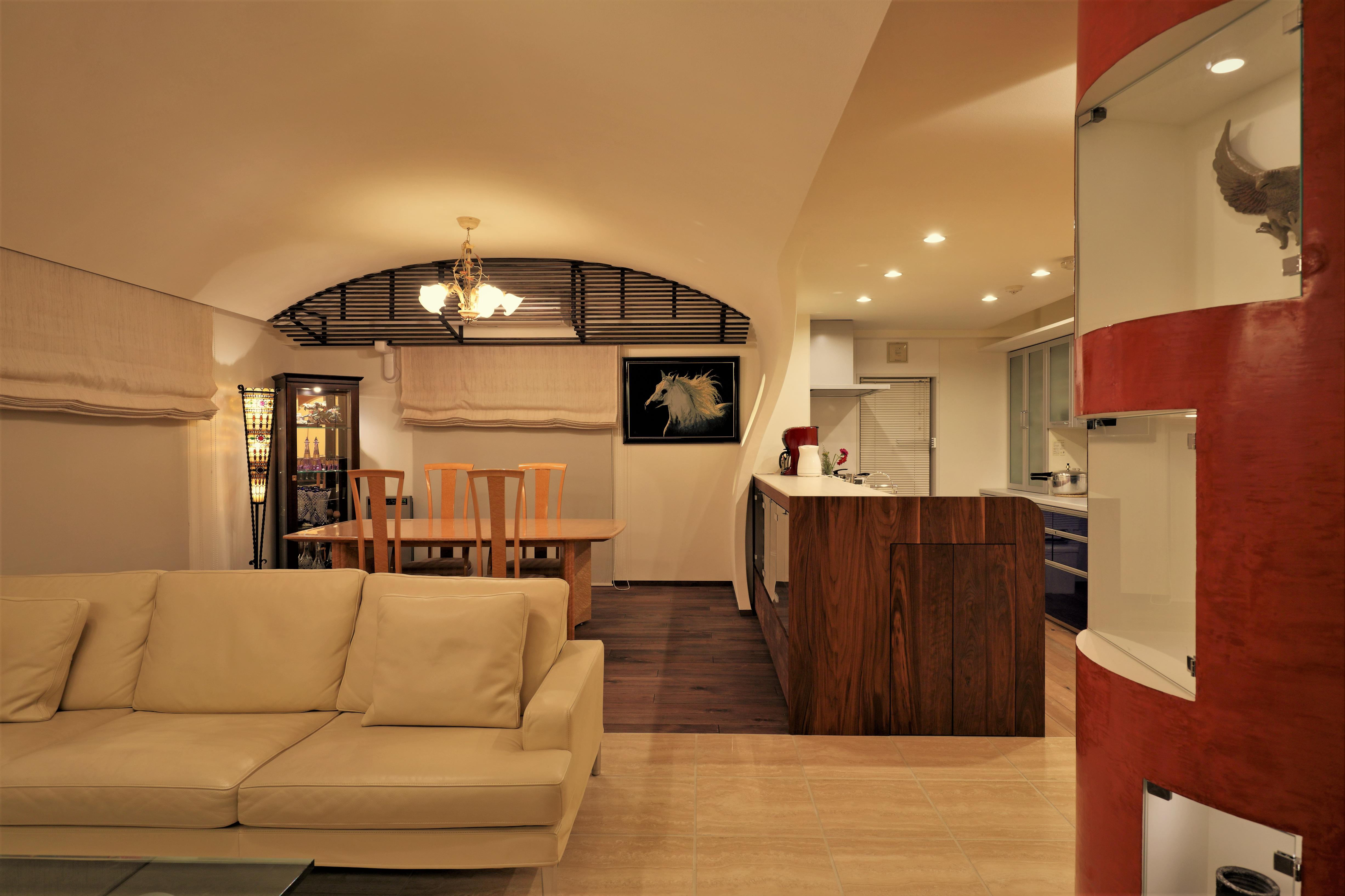 飾り棚とアーチ天井