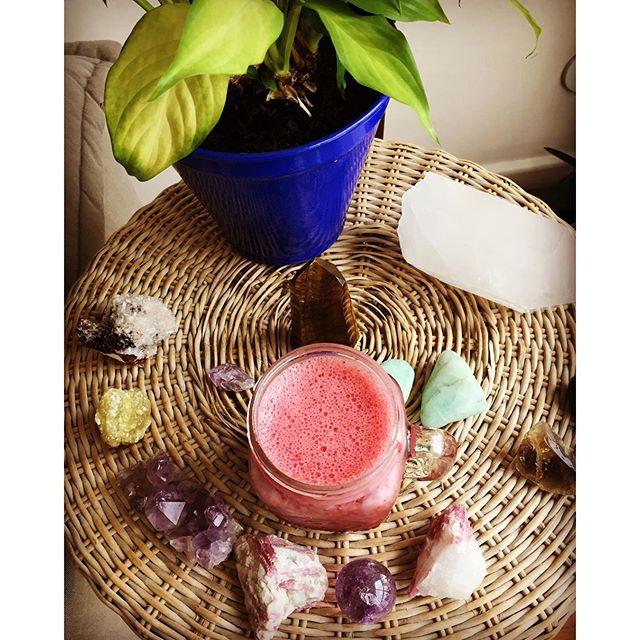Smoothie pink power energizado pelos cristais e cheio de antioxidantes! 😋😋😋✨💗_- Água de côco_- F