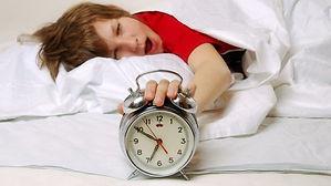 menino-crianca-sono-dormindo-despertador