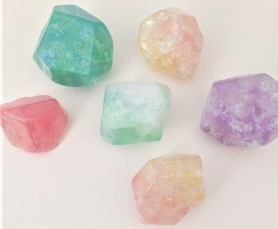これからの季節におすすめ♪キラキラ宝石石けんづくり