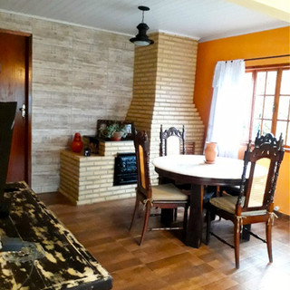sala com lareira, mesa e sofá cama