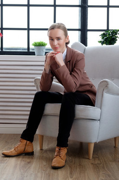 casual-young-woman-in-a-brown-jacket-B29