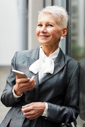 mature-businesswoman-with-mobile-phone-W