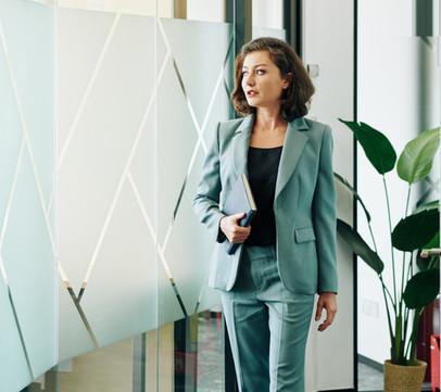 confident-beautiful-businesswoman-32Y78G
