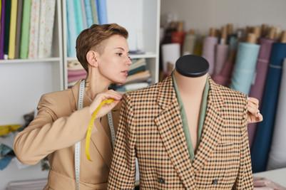 designer-measuring-the-jacket-HG4348S.jp