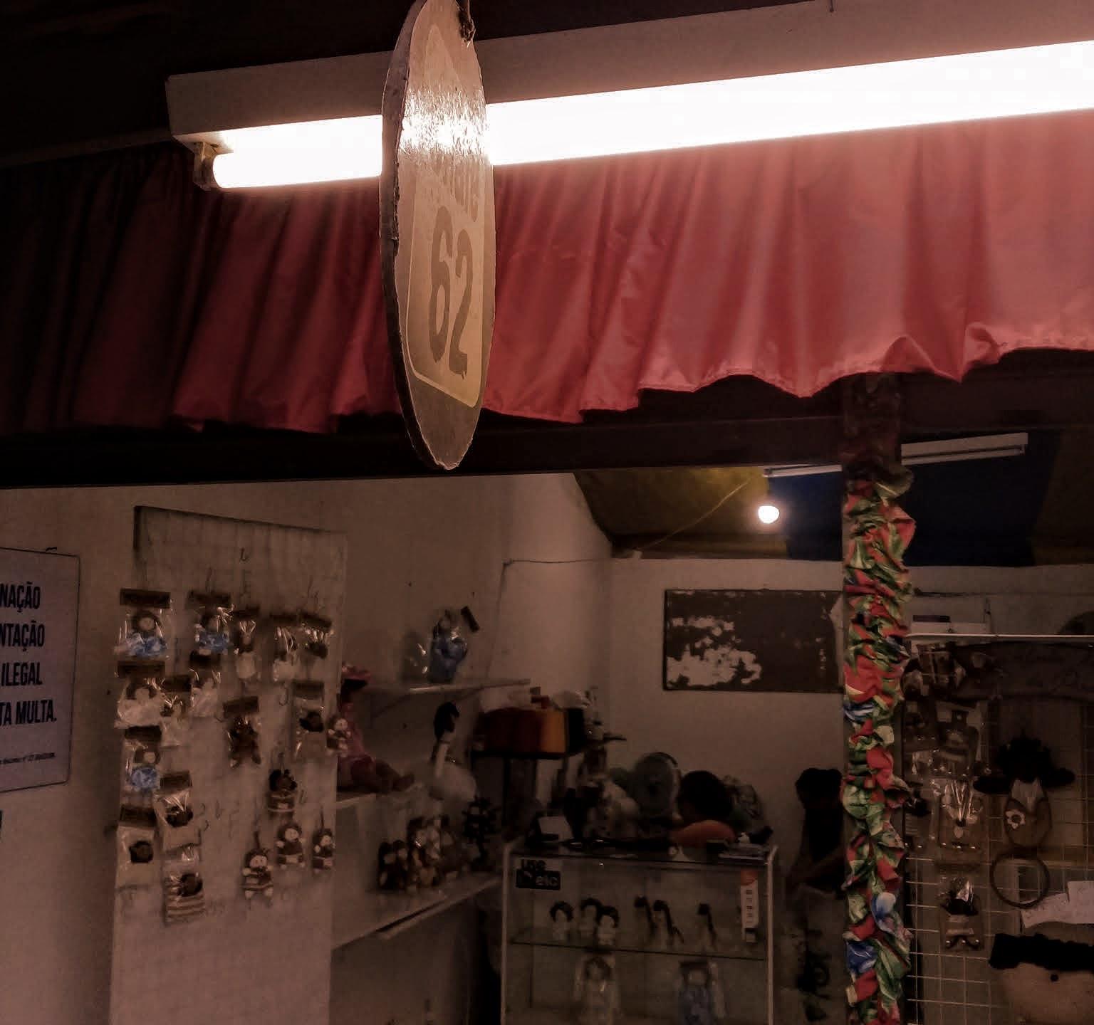 Na Vila do Artesão, o conserto de roupas também tem espaço. Foto: Sara Silva/Coletivof8