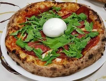 pizza con crudo rucola