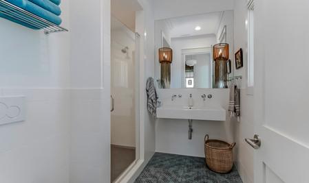 15-Main level bath.jpg