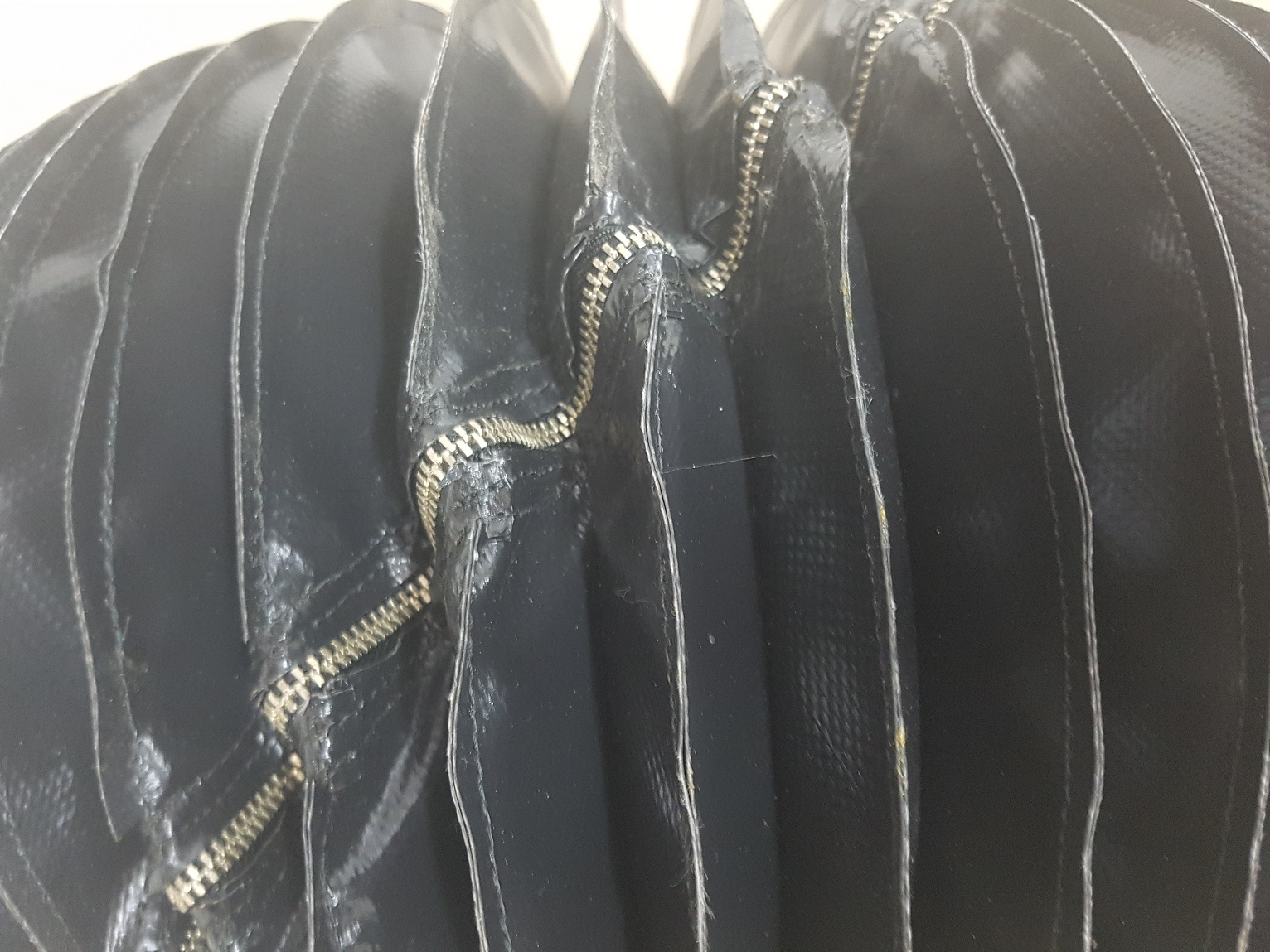 Round Bellow With Zip, Black PVC