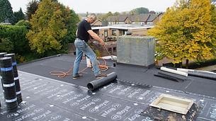 Tweede laag dakbedekking leggen