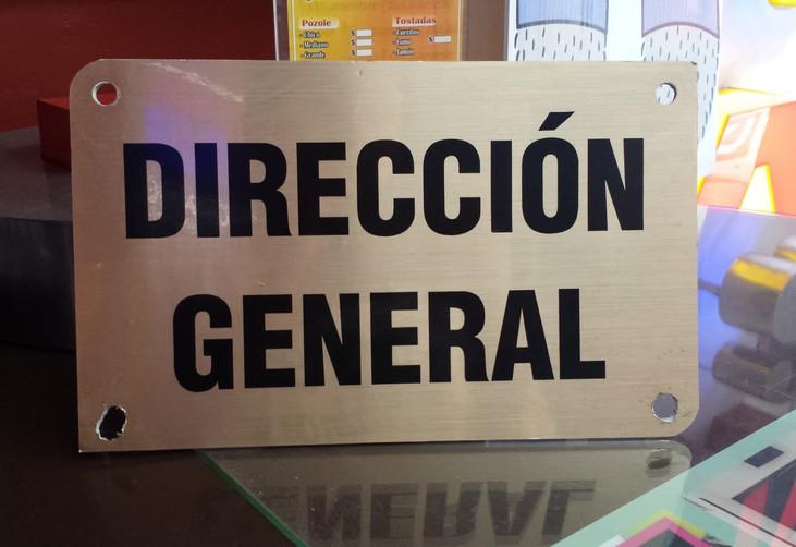 SEÑALETICA DE ACRILICO CON RECORTE DE VINIL