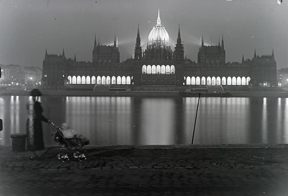 Az Országház díszkivilágítása 1935-ben. Fotó: Fortepan / Révay Péter