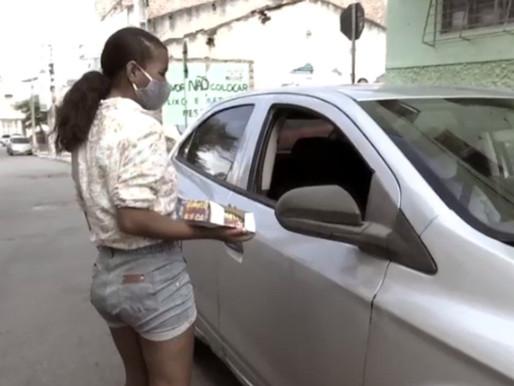 Adolescente que sonha em ser cantora gospel vende jujubas em semáforos de Caruaru para ajudar famíli