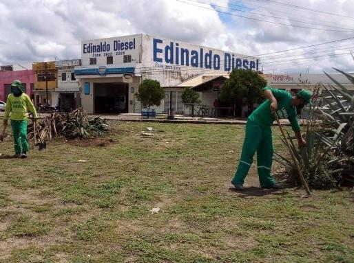 Trabalhos de limpeza, capinação e revitalização são realizados na entrada de Arcoverde