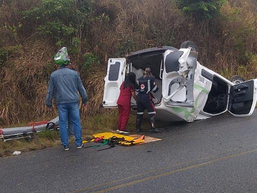 Ambulância que transportava mulher grávida capota e deixa feridos, entre São João e Angelim