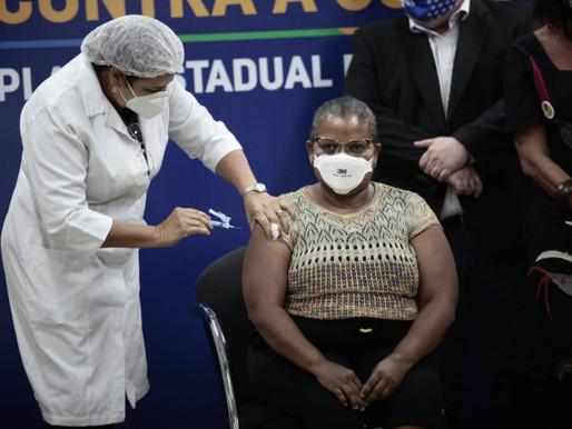 "Técnica em enfermagem é a primeira pernambucana imunizada contra a Covid-19: ""emocionada"""