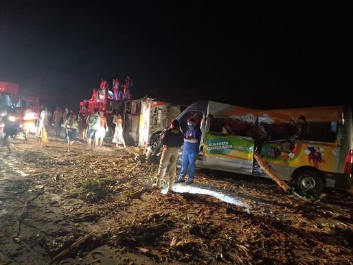 Sobe para 12 nº de mortos em acidente entre ônibus, van e caminhão que transportava eucalipto na BR-