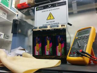 """Un nuevo cartel en el taller: """"Atención: Alto Voltaje"""""""