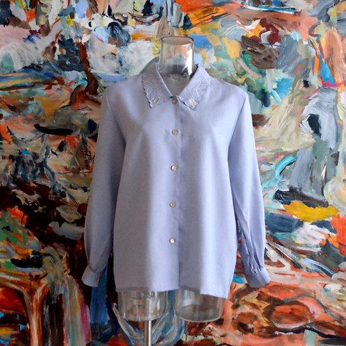 煙藍色車花刺繡蕾絲領長袖寬鬆襯衫 鬆身版型 日本中古有瑕疵古著