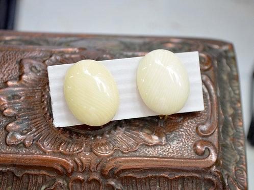 中古奶白色樹脂橢圓耳夾 貴婦淑女 日本高級二手古著珠寶首飾
