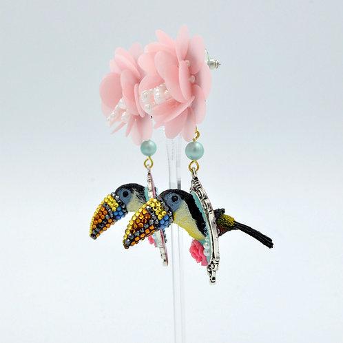 大嘴鳥綴水晶石粉紅珠片花耳環