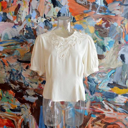 奶白色復古鏤空蕾絲圓領中袖背鈕修身襯衫 高貴優雅 日本中古古著