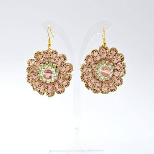 日本 Japan Minami 蜜桃色+金色鏤邊 草綠色花芯 手工勾冷雛菊小花蕾耳環
