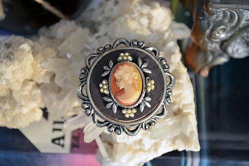 VINTAGE 60s 古董貴婦胸針 手工雕刻貝殼立體浮雕貴婦圖案 鍍18K金 只有一件 心口針 別針 扣針